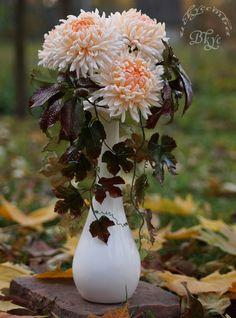 """Осенняя композиция """"Хризантемы и дикий виноград"""" из сахарной мастики."""