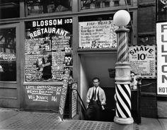 View Blossom Restaurant 103 Bowery by Berenice Abbott on artnet. Browse more artworks Berenice Abbott from Feldschuh Gallery. Rue New York, New York City, Ville New York, Berenice Abbott, Marcel Duchamp, Vintage New York, Harlem Renaissance, Blossom Restaurant, Barber Shop Vintage