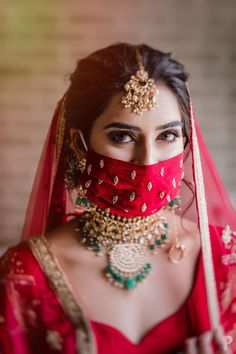 A guide on how to slay your bridal poses this wedding season! Bridal Portrait Poses, Bridal Poses, Bride Portrait, Bridal Mask, Bridal Makeup, Indian Wedding Planning, Braut Make-up, Indian Wedding Photography, Wedding Photoshoot