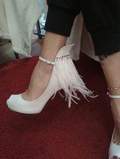 Χειροποίητα Νυφικά παπούτσια με φτερά και πέτρες Swarovski Divina White Feathers, Stiletto Heels, Kitten Heels, Swarovski, Pumps, Shoes, Fashion, Moda, Zapatos