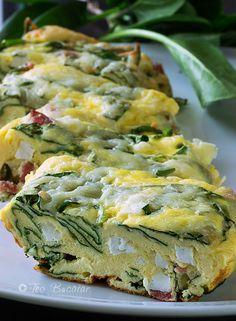 Frittata cu spanac si branza poate fi consumata cu salate sau legume proaspete alaturi, constituind, dupa cum spuneam o masa satioasa si bogata in calorii.