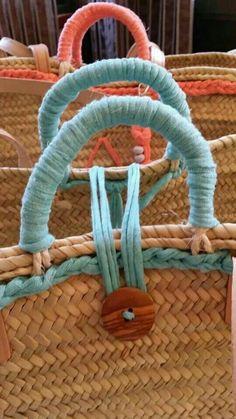 다양한 스탈 가방과클러치 요즘 뜨고 있는 가방을 어떤 모양으로 할지 고민이어서 참고자료 몇가지 찾아봅... Diy Tote Bag, Unique Purses, Boho Bags, Basket Bag, Basket Decoration, Fabric Bags, Summer Bags, Handmade Bags, Bag Making
