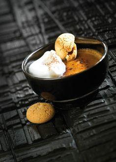 Crème brûlée met koffie en amarettikoekjes https://njam.tv/recepten/creme-brulee-met-koffie-en-amarettikoekjes