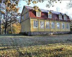 Kun nyt kouluista tuli puhe. Yksi sykähdyttävimmistä koulurakennuksista Vantaalla on tämä 1920-luvun helmi Königstedtin koulu Seutulassa. Vuosisadan alun koulut rakennettiin poikkeuksetta hyville rakennuspaikoille korkeiden mäkien päälle mieluusti kalliolle kuten tämäkin ilmestys. Perustukset tehtiin jykevistä graniittikvaadereista ja rungot hirrestä. Königstedtin kartano oli luonnollisesti perustamassa tätä rakennusta edeltänyttä koulua mailleen jo 1800-luvun puolella. Vanha koulu paloi ja…