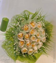 Здравствуйте! Сегодня я хочу показать как я делаю цветы Жасмин в технике свит-дизайна. Но в начале предистория создания этого цветка. В том году, весной. у  меня был большой заказ на свадьбу в декоре с ландышами. И вот срочно поступает заказ на букет, подарок на свадьбу.Вот сижу я, работаю перед открытым окном, весна, на улице тепло, по квартире везде разбросаны  ландыши, а из окна доносится чарующий запах жасмина. Под окном, у меня,растет большой куст жасмина. И вот пришла идея сделать…