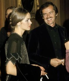 Michelle Phillips & Jack Nicholson at the Academy Awards Governor's Ball in Jack's black velvet suit & her hair, makeup/face and dress! Michelle Phillips, Jack Nicholson, Black Velvet Suit, Glamour, Celebrity Hairstyles, Role Models, Vintage Outfits, Vintage Clothing, Performing Arts