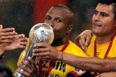 El delantero ecuatoriano besando la copa de la Liga Mexicana.