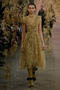 The complete Ulla Johnson Fall 2018 Ready-to-Wear fashion show now on Vogue Runway. Casual Day Dresses, Simple Dresses, Runway Fashion, High Fashion, Autumn Fashion 2018, Ulla Johnson, Fashion Show Collection, Couture Dresses, Ready To Wear