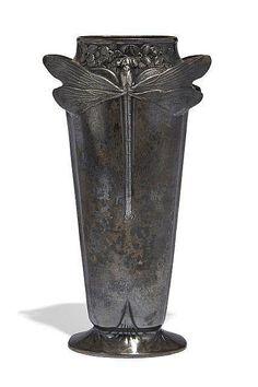 """GALLIA Vase conique à corps aplati en métal argenté sur base évasée. Décor en partie haute en semi-relief de deux libellules et de fleurs. Signé et numéroté """"4841"""". H.: 17,5 cm"""