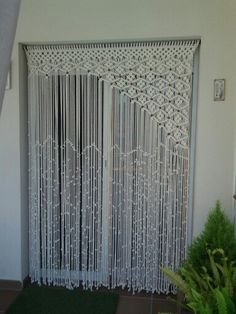 Cortina de macramé Great if you like macrame. Please vist my… Macrame Art, Macrame Projects, Macrame Knots, Macrame Jewelry, Craft Projects, Projects To Try, Crochet Curtains, Beaded Curtains, String Curtains