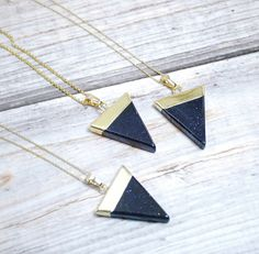 Cruce de oro collar triángulo de piedra arenisca por Fitzberries