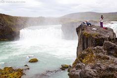 Rohkeat turistit ja selfie-hetki Godafossin vesiputouksilla.