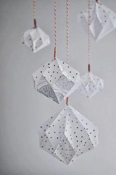 Un peu de pliage aujourd'hui.     A vos papiers.     Grâce aux tutoriaux de Sinnenrausch  et de Design and Form , vous pouvez fabriquer u...