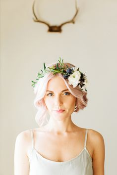 Flowers in the hair, such a beautiful trend. Shame I can't find any good false flower crowns.