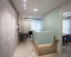 Recepção de consultório médico Dental Office Decor, Medical Office Design, Pharmacy Design, Modern Office Design, Office Designs, Dental Reception, Reception Desks, Clinic Design, Doctor Office