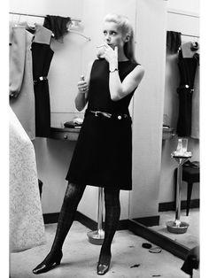 カトリーヌ・ドヌーヴがお手本! 純度100%のパリジェンヌ・ルック10|リトル・ブラック・ドレスのお手本的着こなしの写真1です。