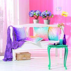 Mithilfe der innovativen Stoffsprühfarbe lassen sich Wohnaccessoires schnell und leicht verschönern.