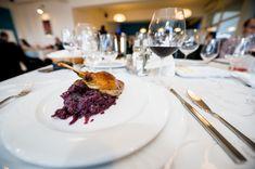 Pulpă de rață cu prune confiate și varză roșie călită cu scorțișoară și alune   Restaurantul Jack - Remetea Mare Sauvignon Blanc, Steak, Food And Drink, Beef, Restaurant, Alcohol, Meat, Diner Restaurant, Ox