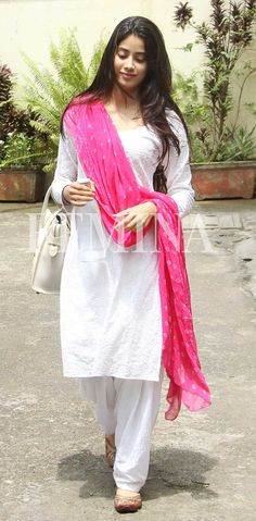 She is putting basic Indian wear separates back on the style charts. We totally approve of her simple yet statement-making separates. Pakistani Dresses, Indian Dresses, Indian Outfits, Simple Kurta Designs, Kurta Designs Women, Indian Attire, Indian Wear, Casual Indian Fashion, Ethnic Fashion
