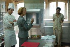 Hassan Kadam (Manish Dayal) versucht, Madame Mallory (Helen Mirren) von seinen Kochkünsten zu überzeugen.