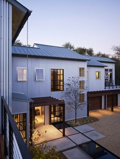 Kathryn Quinn Architects designed this home inspired by the local vernacular of agrarian and industrial buildings, surrounded by a forest of oak trees in California's Napa Valley. Steel Trusses, Building A Container Home, Lakefront Homes, Steel House, Modern Exterior, Architect Design, Napa Valley, Maine House, Building Materials