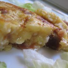 Tortilla de patatas con jamón serrano y queso de cabra