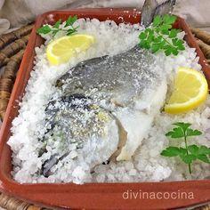 Para hacer la dorada a la sal no es necesario eliminar las escamas, se convierten en una barrera para la sal y además se elimina la piel con mucha facilidad a la hora de servir el pescado