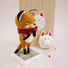 きつねさんの狐面 Needle Felted Animals, Felt Animals, Needle Felting, Cute Animals, Wool Felting, Wool Dolls, Felt Dolls, Doll Toys, Fox Crafts