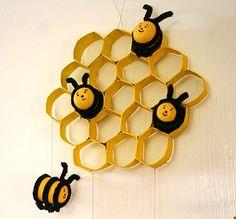 панно с пчелками из пластиковых яичек и сотами из рулончиков от туалетной бумаги
