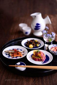 日本酒をくいっといきたいときも。すこしずつの肴を豆皿に盛り付ければ、まるで小料理屋さんのような演出ができますよ。 Food Photography Styling, Food Styling, B Food, Japanese Food, Japanese Table, Korean Food, Food Presentation, Food Design, Food Plating