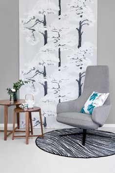 Tikkurila ja Vallila tekevät yhteistyötä. Vallilan Kallvik-verho by Riina Kuikka ja sointuva seinäsävy: Tikkurilan Graniitti K499. #tikkurilajavallila #tikkurila #maali #vallila #verho #kuosi #olohuone #harmaa #tuneväri