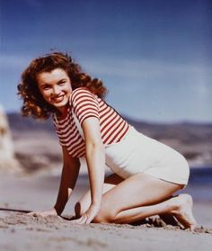 1945 Beach Sitting - Striped Shirt - Norma Jeane par André De Dienes