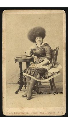 photo of a black woman, love the afro -a sister ahead of her time and in tune with her own style. Afro, Black Art, African American Women, African Americans, Vintage Black Glamour, Vintage Beauty, American Photo, African Diaspora, African American History