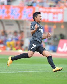 リーグ戦4連勝中の首位浦和は22分、今季2試合目の先発出場となった関根貴大のパスに興梠慎三が冷静に流し込み先制。興梠はこれで今季10ゴール目とした。