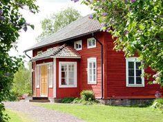 Vacker falurött timrat hus med veranda - Old barn red cottage house, Sweden Swedish Cottage, Red Cottage, Cottage Homes, Swedish Log, Sweden House, Red Houses, This Old House, House Siding, Cabins And Cottages