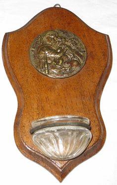 Oud wijwaterbakje met plaquette met afbeelding
