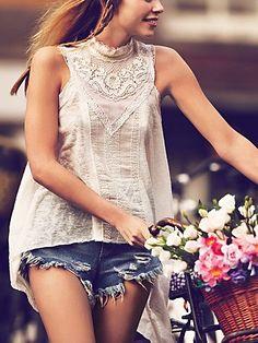 Boho Chic: cotton tank with stunning crochet detailing around Victorian-style neckline. Hippie Style, Bohemian Style, Boho Hippie, Bohemian Shirt, Bohemian Outfit, Bohemian Summer, Vintage Bohemian, Vintage Lace, Girl Style
