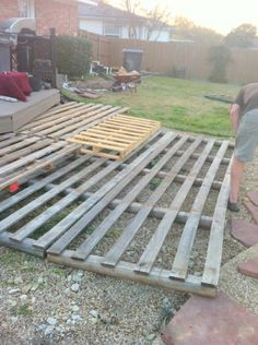 laying out the pallets for the deck, The Second Wind of Texas featured on Remodelaholic Pallet Racki Pallet Patio Decks, Pallet Porch, Diy Deck, Diy Patio, Patio Fence, Patio Wall, Pallett Deck, Patio Ideas, Walkway Ideas