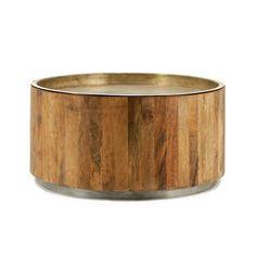 Strak vormgegeven salontafel van By-Boo. De basis van deze tafel is van donker Mango hout in de vorm van een ton. Daarop een (los) rond metalen blad van koperkleurig metaal, dit valt gedeeltelijk in het hout. De onderzijde is ook voorzien van een koperen rand. Een mooie strakke blikvanger in je interieur!   Afmeting BxDxH = 70x70x35 cm
