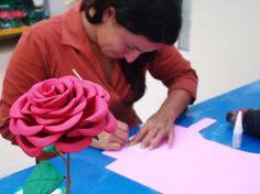 Esta rosa de EVA é perfeita para usar em sua decoração (Foto: Divulgação) passo a passo