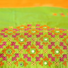 Handmade Embroidery Designs, Saree Embroidery Design, Embroidery On Kurtis, Hand Embroidery Dress, Basic Embroidery Stitches, Tambour Embroidery, Embroidery Motifs, Kutch Work Saree, Saree Blouse