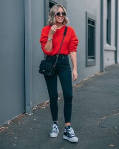 20 Casual Fall Outfit Ideas To Copy Right Now 05 Mode Converse, Sneakers Mode, Outfits With Converse, Womens Converse Outfit, Outfits With Black Jeans, Skinny Jeans Converse, Green Outfits For Women, Converse Shoes Outfit, Black Sneakers Outfit