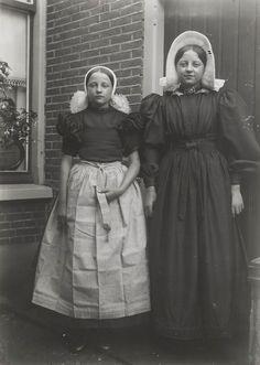 Meisjes in streekdracht Huizen. Geheugen van Nederland