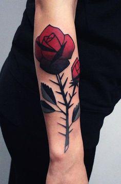 tatuajes de rosas con espinas en brazo
