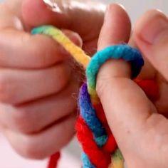 Diy Crafts To Do, Diy Crafts Hacks, Diy Crafts Jewelry, Bracelet Crafts, Yarn Crafts, Diy Bracelets Patterns, Diy Friendship Bracelets Patterns, Diy Bracelets Easy, Diy For Kids