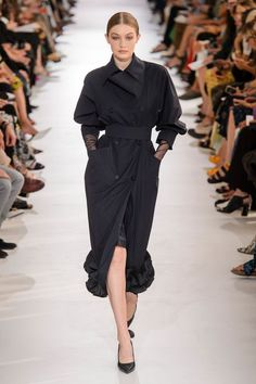 See All the Looks from the Spring 2019 Max Mara Show – Sky Max Records Vogue Fashion, Fashion Wear, Runway Fashion, Trendy Fashion, Fashion Show, Fashion Outfits, Fashion Black, Fashion Women, Fashion Online