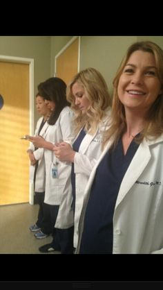 Sandra Oh (Cristina Yang), Sara Ramirez (Callie Torres), Jessica Capshaw (Arizona Robbins) & Ellen Pompeo (Meredith Grey). Jessica Capshaw, Greys Anatomy Cast, Greys Anatomy Memes, Grey Anatomy Quotes, Derek Shepherd, Ellen Pompeo, Patrick Dempsey, Best Tv Shows, Favorite Tv Shows