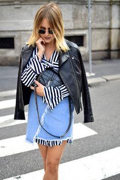 Layering – Oversized Striped Blouse & Denimskirt Streetstyle während der Mailänder Fashion Week