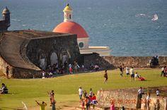 Volando chiringas en el Morro Viejo San Juan
