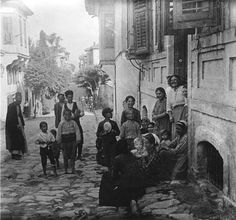 One Big happy Family Old Time Photos, Old Greek, Greece Photography, Greek History, Greek Culture, Good Old Times, Thessaloniki, Athens Greece, Macedonia